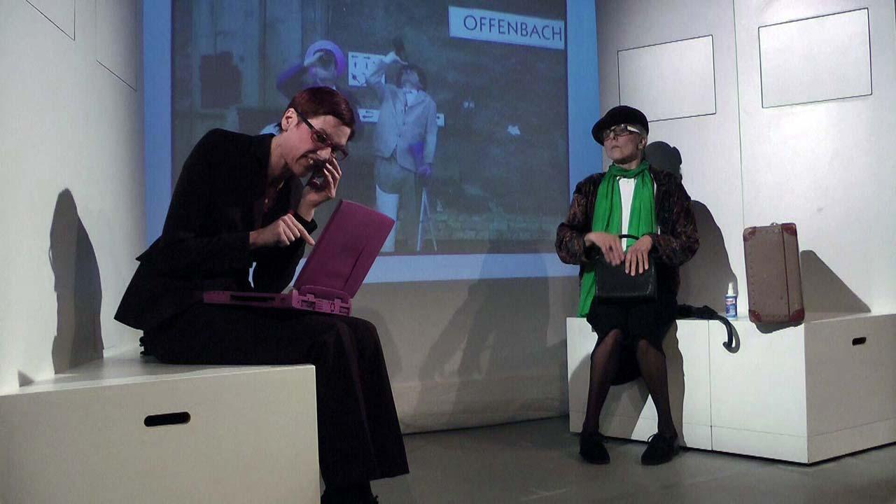 Talberger und Gundula warten auf die Abfahrt des Zuges nach Berlin in Gundula Ödmann Supergörl (2011) im Theateratelier 14H