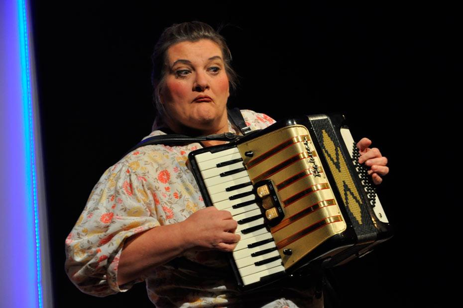 """""""TopSIE gesucht"""" - Doris Friedmann mit Akkordeon als Musikerin Monika"""