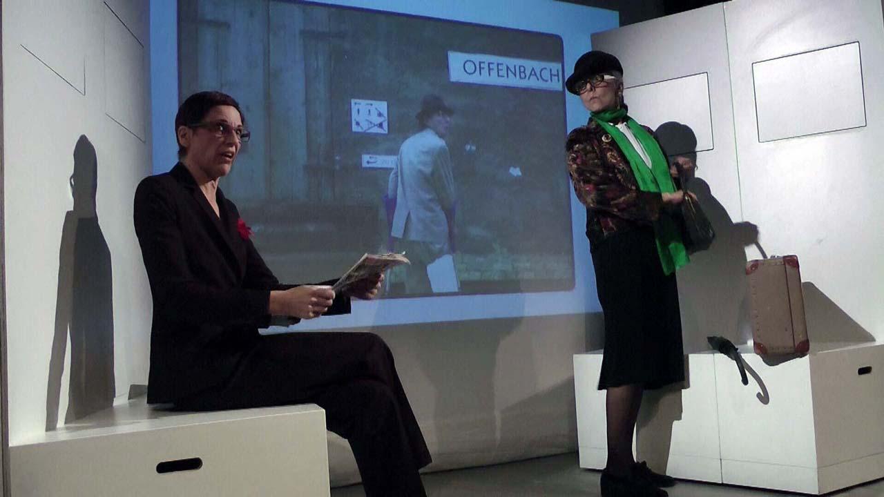 Sabine Scholz und Ulrike Happel in Gundula Ödmann Supergörl (2011) im Theateratelier 14H