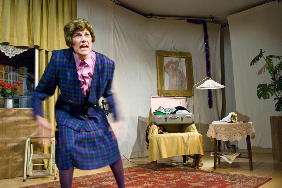 """Sabine Scholz als Helga Mager in """"AltWeiberzauber"""" im Theateratelier 14H"""