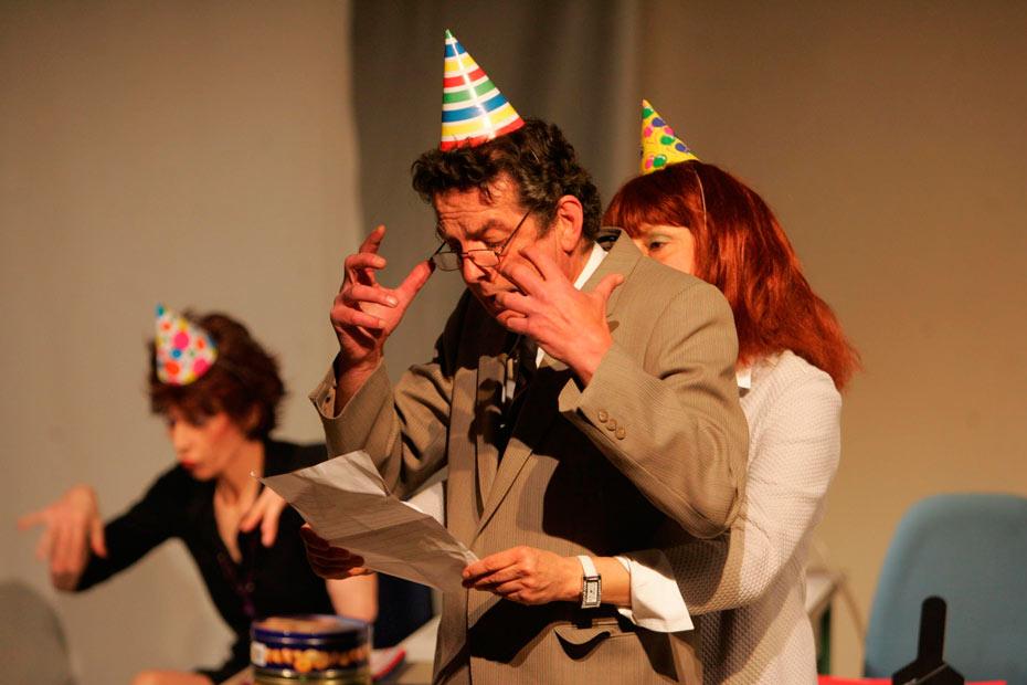 Büroleiter Burhard von Ihm hält seine Ansprache in Alles Konfetti (2007) im Theateratelier 14H