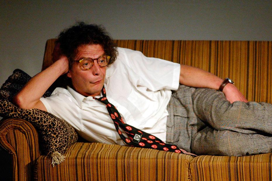 """Bertold auf der Couch in dem Stadttheaterstück """"das wüste lebt"""" (2004)"""