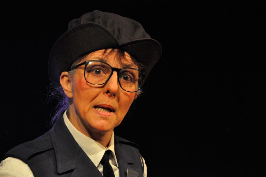 """Ulrike Happel als Elvira Schröder in """"TopSIE gesucht"""" im Theateratelier 14"""