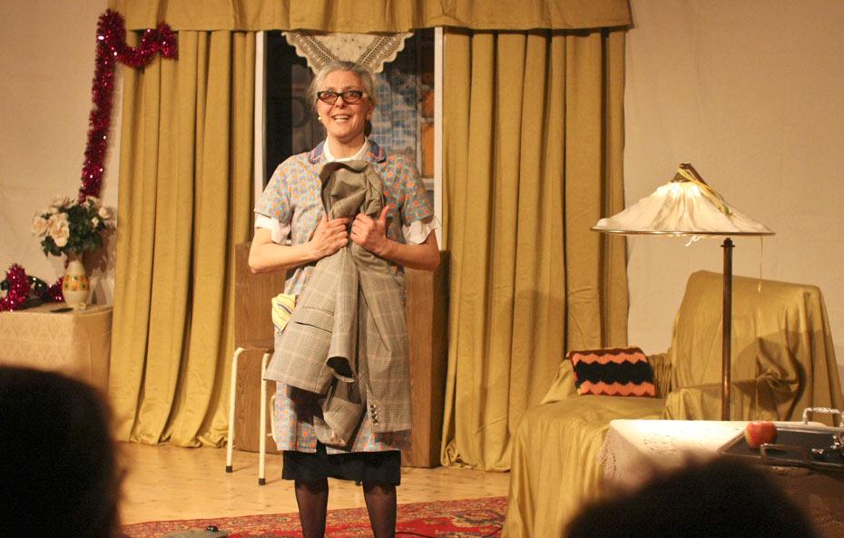 Gundula Ödmann lädt wieder in ihr Wohnzimmer ein im Theateratelier 14H