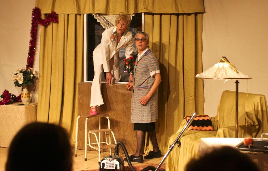 Rita Schwanthaler ( Sabine Scholz ) steigt durch Gundulas Fenster ein im Theateratelier 14H