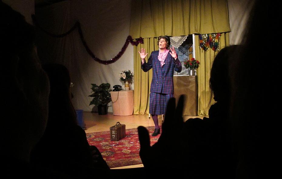 Helga Mager ( Sabine Scholz ) erzählt von ihrem Willi in Weiberzauber